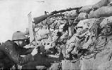 Soldado belga utilizando un fusil periscópico en una trinchera. Ampliar imagen