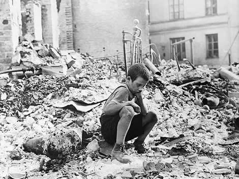 Superviviente de un bombardeo en Varsovia
